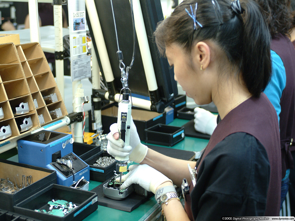 Fujifilm Japan Factory Tour Report Digital Photography Review Circuitboardmachinewithtechnician Commercial Editorial A Cell Production Worker Attaching Circuit Board To Finepix 2600 Zoom Case